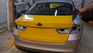 Kia Optima - оклейка жёлтой пленкой и брендирование для проекта ЗаказТакси.РФ