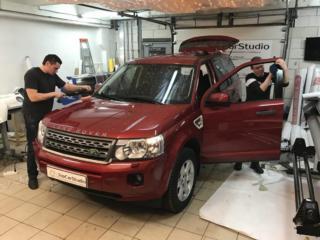 Land Rover - керамическая защита кузова малинового внедорожника