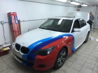 BMW 5 Series - полная оклейка кузова перламутровой плёнкой + нанесение M-флага