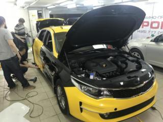 Оклейка желтой плёнкой чёрного автомобиля KIA