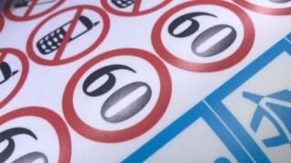 Изготовление информационных наклеек для автомобилей такси